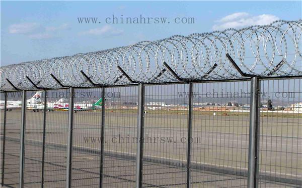 不锈钢刀片刺绳安装在机场护栏中